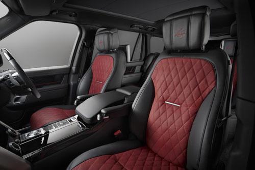 Nội thất xe sang trọng với các ghế ngồi bọc da kết hợp hai tông màu đen-đỏ và chữ ký Joshua, được thêu trên tựa đầu của cả bốn ghế nội thất.