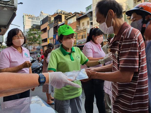 Bắt buộc đeo khẩu trang khi ra đường, cần phải công bố địa điểm bán khẩu trang để người dân nắm bắt.