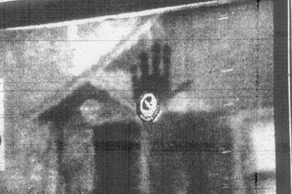 Trong suốt nhiều năm, dấu tay của một người lính cứu hỏa đã chết vẫn in rõ mồn một trên ô kính cửa sổ.