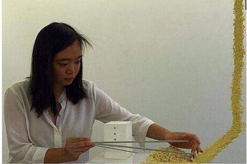 Mì tôm là để ăn thì ai cũng biết nhưng dùng mì tôm để đan khăn thì không phải ai cũng rành đâu nhé. Một cô gái ở Trung Quốc đã chứng minh một công dụng khác của món ăn huyền thoại này khiến cư dân mạng ngả mũ thán phục.
