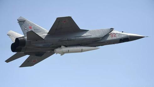 Tiêm kích MiG-31 với tên lửa siêu thanhKinzhal. Ảnh: RIA.