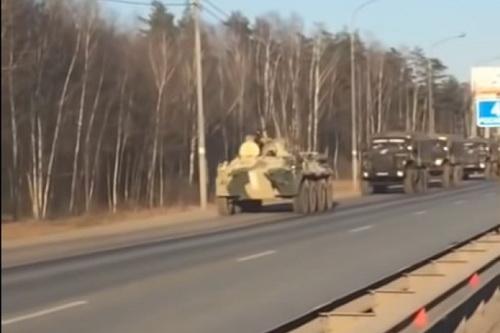 Đoàn xe quân sự lớn của Vệ binh quốc gia Nga đang tiến về thủ đô Moskva. Ảnh: Moskva 24.