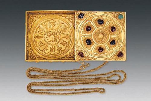 Chiếc hộp bằng vàng được nạm nhiều loại quý giá