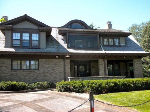 Buffett đã ở trong căn nhà khiêm tốn ở Omaha, Nebraska (Mỹ) suốt từ năm 1958 tới nay. Căn nhà được mua với giá 31.500 USD, tương đương 274.357 USD hiện nay, chỉ bằng 0,0003% tổng tài sản của ông. Tính đến năm 2017, ngôi nhà ước tính trị giá 652.619 USD. Ảnh: Wikipedia.