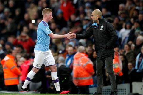 De Bruyne (trái) muốn ra đi vì nhiều khả năng Man City không được dự Champions League 2 mùa tới