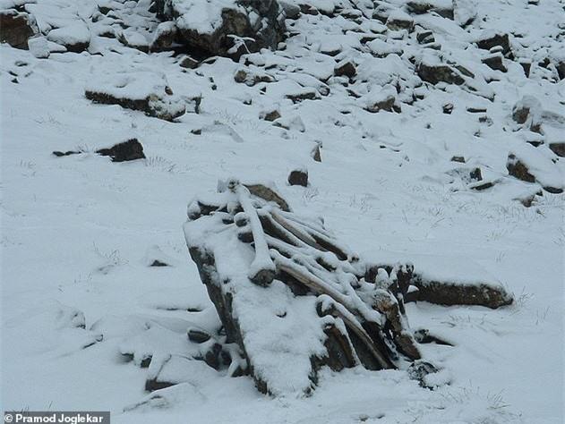Điều khủng khiếp gì khiến hồ Roopkund có đến 800 bộ xương người? - ảnh 1