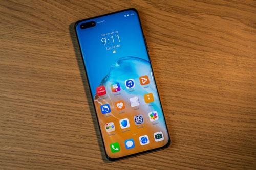 Huawei P40 được trang bị tấm nền màn hình OLED. P40 có kích thước 6,1 inch, độ phân giải Full HD Plus (2.340x1.080 pixel), mật độ điểm ảnh 422 ppi, chia theo tỷ lệ 19,5:9.
