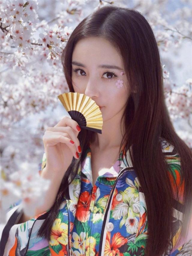 Sao nữ xứ Trung bên hoa đào: Dương Mịch khí chất, Angelababy như công chúa - Ảnh 1.