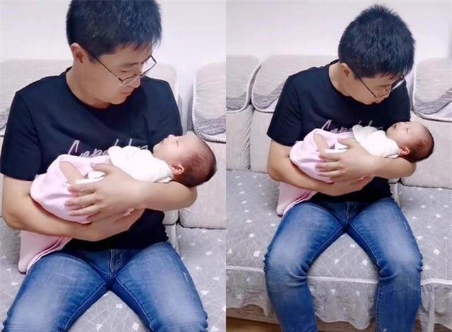 Ông bố đang bế cô con gái nhỏ.