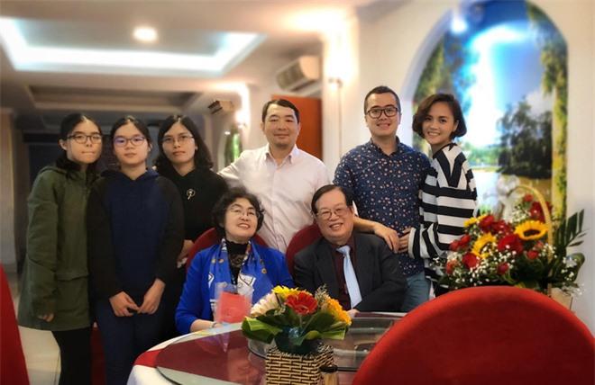 Thu Quỳnh ôm tình tứ bạn trai tin đồn nhân dịp kỷ niệm ngày cưới của bố mẹ.