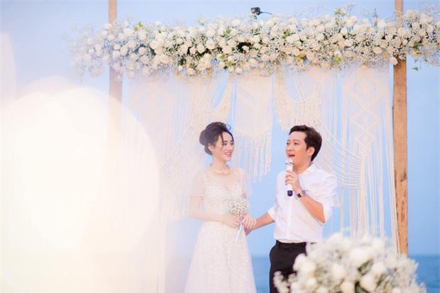 Trường Giang - Nhã Phương tung trọn bộ ảnh lãng mạn trong lễ đính hôn bí mật trên bãi biển sau hơn 1 năm về chung một nhà - Ảnh 4.
