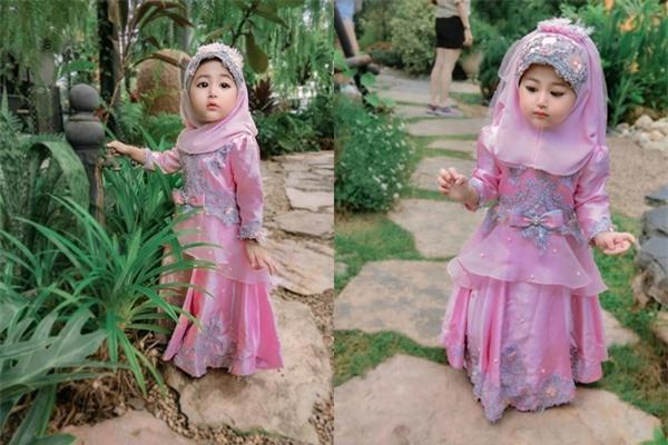 Nét đẹp tựa thiên thần của bé gái 2 tuổi.