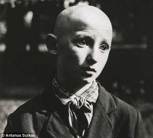 Ảnh hiếm về cuộc sống Liên Xô trước tan rã - 1 Bức ảnh của nhiếp ảnh gia Antanas Sutkas chụp cậu bé mù mặc trang phục của tổ chức Tình nguyện viên trẻ