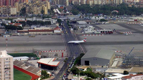 Những bức ảnh hiếm thấy gây ngạc nhiên - 1 Sân bay quốc tế Gibraltar với đường bay bị cắt ngang bởi một con đường