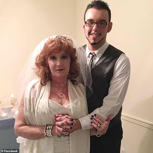 Cặp đôi chồng trẻ - vợ già trong ngày cưới.