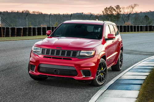 1. Jeep Grand Cherokee Trackhawk. Sức mạnh của Grand Cherokee Trackhawk đến từ động cơ Hemi V8 siêu nạp với dung tích 6,2 lít. Động cơ này sản sinh công suất tối đa 707 mã lực, mô-men xoắn cực đại 875 Nm. Thời gian tăng tốc từ 0-100 km/h trong 3,5 giây, vận tốc tối đa 290 km/h.