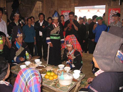 Cô dâu quỳ lạy bàn thờ tổ tiên, các ông, bà để đi về nhà chồng