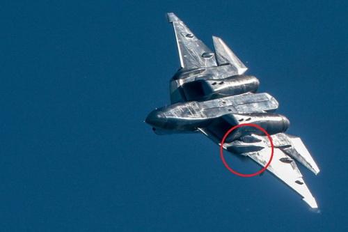 Chi tiết lạ trên cánh chiếc tiêm kích tàng hình Su-57. Ảnh: The Drive.