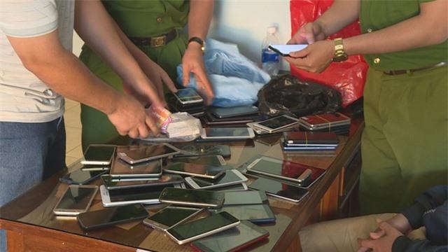 """Bắt nhóm """"siêu trộm"""" điện thoại, máy tính trị giá gần 1 tỷ đồng - 2"""