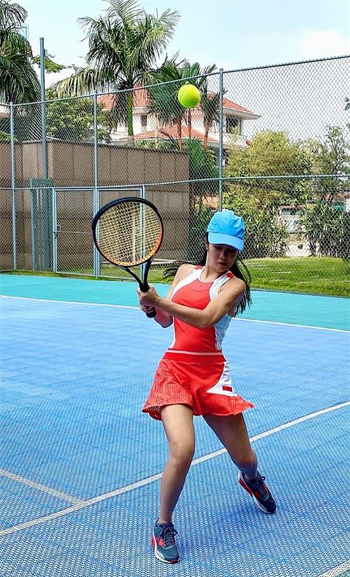 Để giữ được vẻ tươi trẻ như hiện tại, Hồng Nhung thường xuyên tập luyện thể thao. Cô chơ tennis, tập gym, yoga và ngồithiền mỗi ngày.