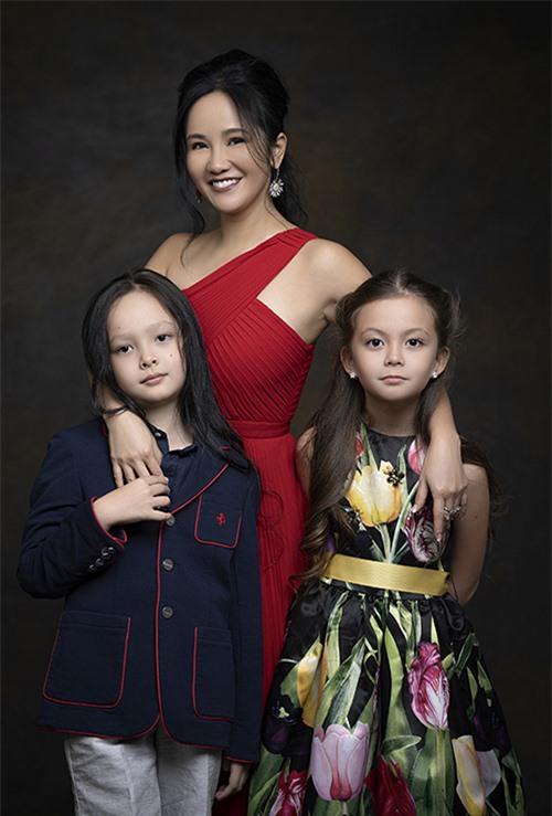 Sau khi ly hôn vào 2018, Hồng Nhung trở thành mẹ đơn thân. Cô dành nhiều thời gian cho gia đình, cùng cặp song sinh Tôm - Tép đi du lịch khắp nơi trên thế giới.
