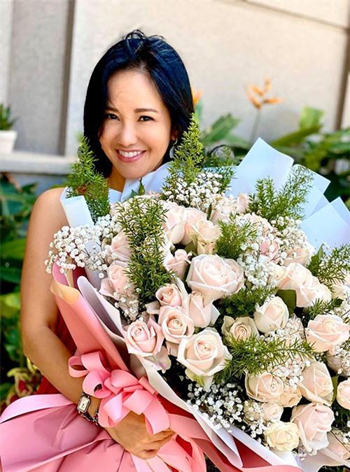 Hồng Nhung vốn nổi tiếng là trẻ hơn tuổi trong showbiz. Bước vào tuổi 50, nữ ca sĩ vẫn giữ được vóc dáng thon gọn, tràn đầy sức sống và không bó buộc bản thân trong bất kỳ khuôn khổ nào về thời trang.