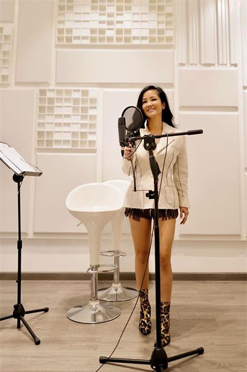 Ở cuộc sống đời thường, Hồng Nhung thường chọn trang phục năng động, trẻ trung. Không có lợi thế chân dài nhưng nữ ca sĩ không ngại mặc váy hoặc quần ngắn.