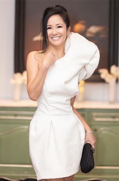 Với những bữa tiệc sang trọng, cô biết cách làm bản thân trở nên nổi bật với váy áo đơn sắc kết hợpkiểu trang điểm cá tính hoặc thỉnh thoảng dùng phụ kiện phá cách.