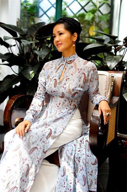 Khi lên sân khấu thể hiện những bản tình ca về Hà Nội, Hồng Nhung lại luôn chọn những bộ áo dài nền nã, thanh lịch, khéo léo tôn lên đường cong gợi cảm một cách tế nhị.