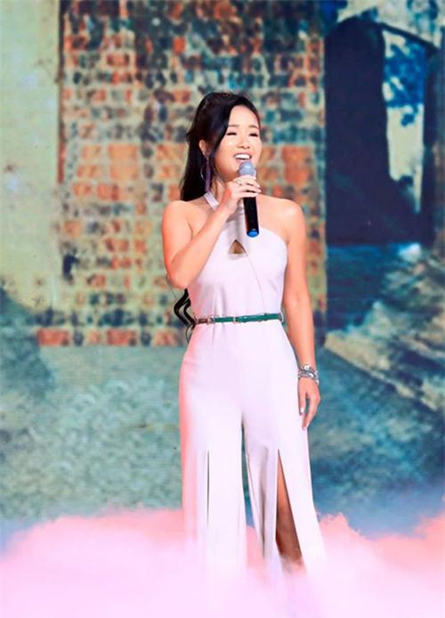 Đã đi hát hàng chục năm nhưng Hồng Nhung vẫn giữ được sự cuốn hút mỗi lần lên sân khấu, không chỉ bởi giọng hát điêu luyện, truyền cảm mà còn nhờ khả năng tung hứng, lối trò chuyện thông minh và hài hước.