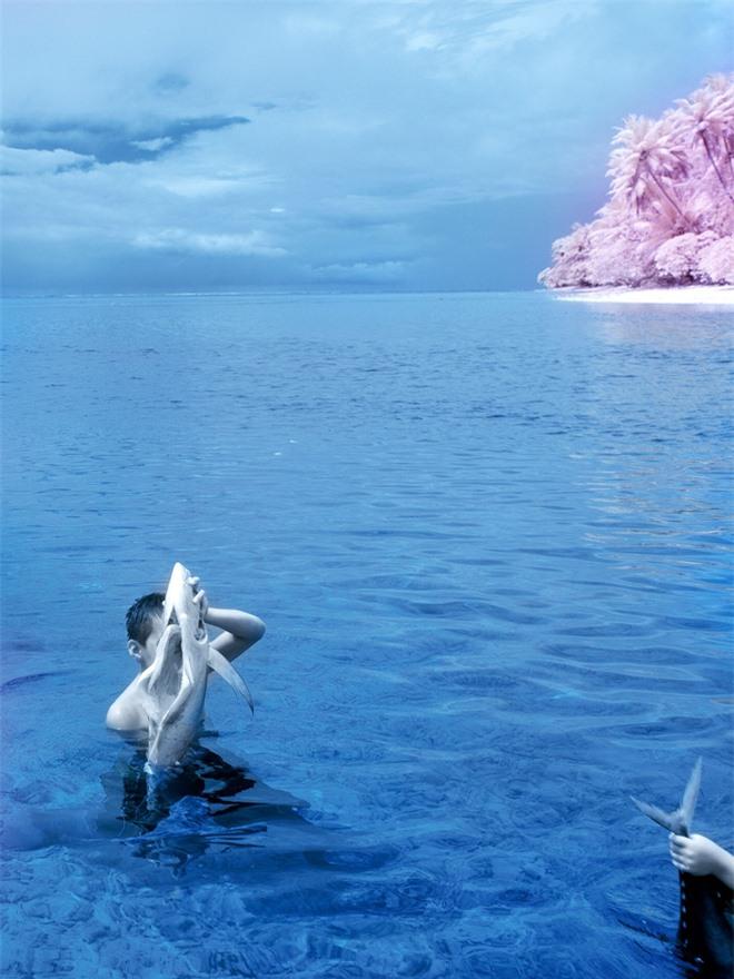 Thiên nhiên kỳ lạ qua đôi mắt của người dân Đảo Mù màu: Rừng màu hồng, biển màu xám - Ảnh 3.