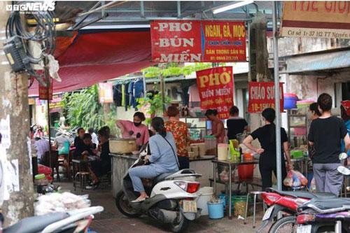 Hàng quán bán đồ ăn sáng ở Hà Nội vẫn chật kín khách