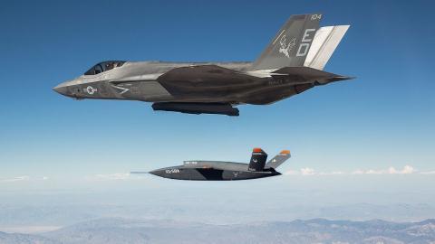 Tiêm kích F-35 bay cùng XQ-58A.