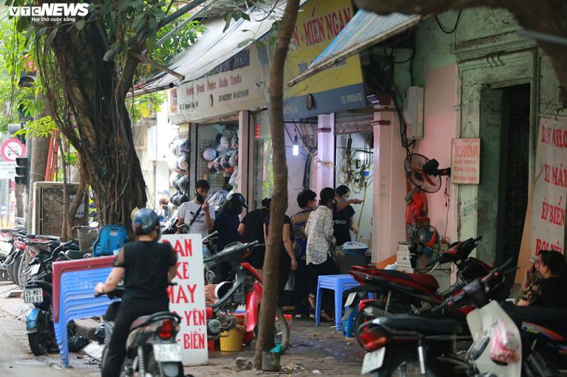 Tuy nhiên, ghi nhận của VTC News, sáng 27/3, nhiều cửa hàng bán đồ ăn sáng trên loạt tuyến phố vẫn tiếp tục hoạt động, bất chấp chỉ đạo của thành phố. Một cửa hàng bán bún ngan trên phố Nguyễn Công Trứ (quận Hoàn Kiếm) hoạt động bình thường với lượng khách ra vào tấp nập.