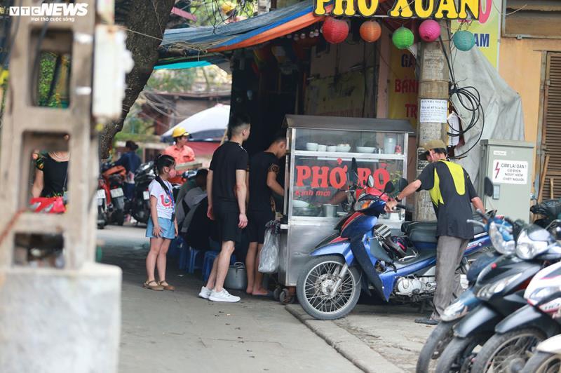 Những hàng quán còn hoạt động chủ yếu là bán tại các ngõ, ngách.