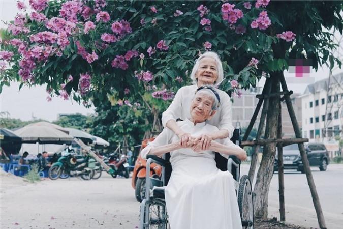 Hai cụ tuổi đã cao nhưng vẫn vui vẻ, hào hứng khi chụp bộ ảnh cùng nhau.