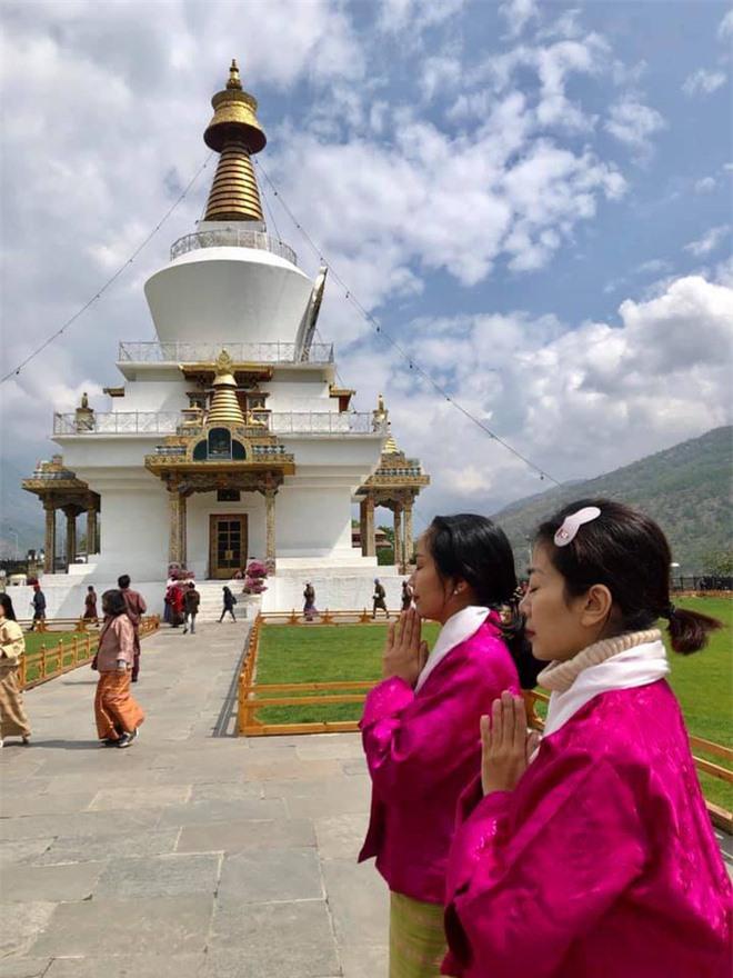 Ốc Thanh Vân chia sẻ clip chuyến đi tới miền hạnh phúc với Mai Phương: Lúc cầu nguyện, nước mắt rơi không ngừng em ơi - Ảnh 4.