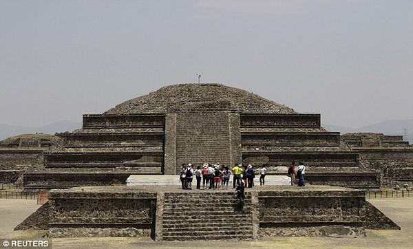 """Bên ngoài kim tự tháp có """"con sông"""" thủy ngân của người Maya cổ"""