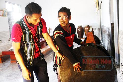 Ông Y Hy hướng dẫn cách đánh cồng chiêng cho những người trẻ trong buôn làng