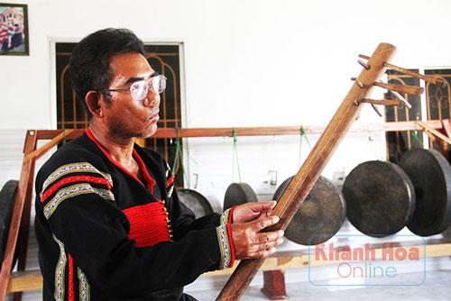 Ông Y Hy cũng có thể chơi nhiều loại nhạc cụ độc đáo của dân tộc Êđê