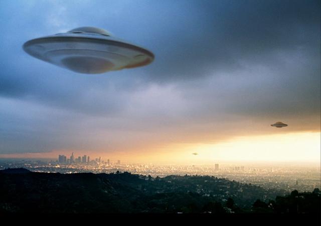 """Tiến sĩ Masters cho rằng UFO thực chất chính là """"con cháu của loài người"""" từ tương lai du hành ngược thời gian."""