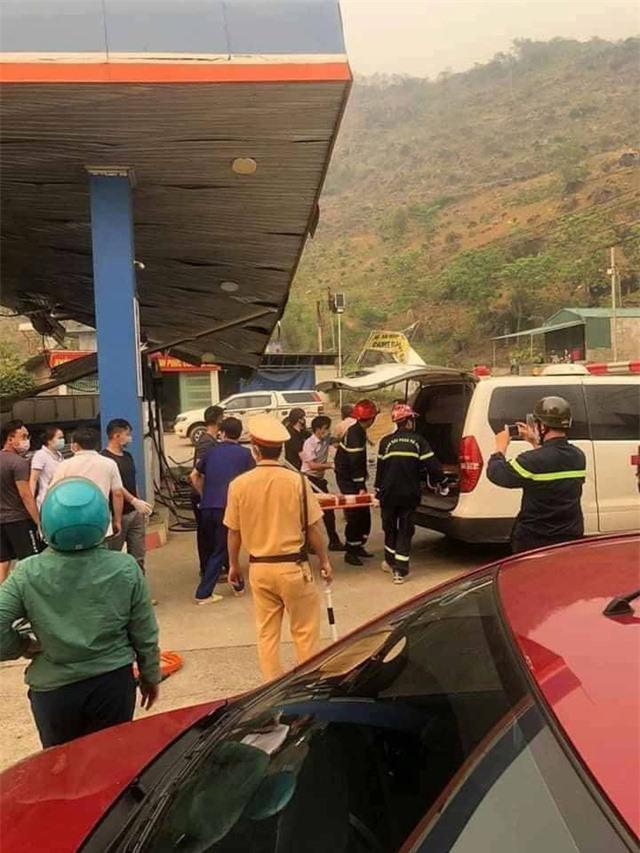 Lai Châu: Xe tải mất lái đâm sập cây xăng, 6 người thương vong - Ảnh 1.