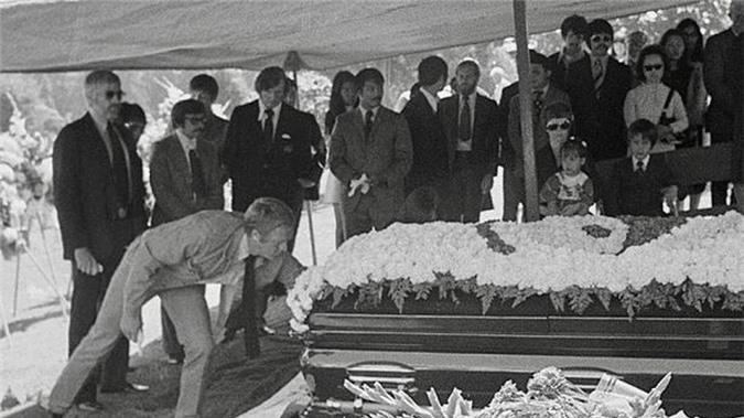 Đám tang Lý Tiểu Long để lại những bàn tán xôn xao về nguyên nhân thực sự dẫn đến cái chết của ngôi sao võ thuật này