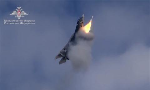 Su-57 diet muc tieu khi dang bay thang dung