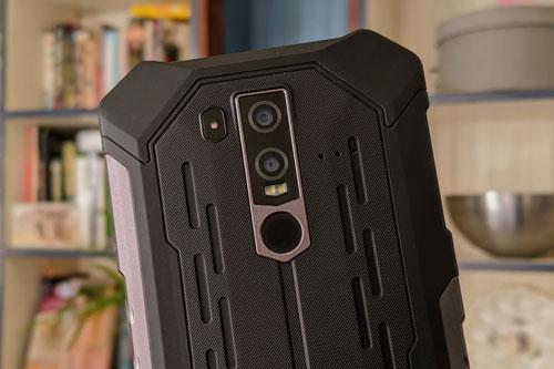Armor 6E sở hữu 2 camera sau với cảm biến chính 16 MP, khẩu độ f/1.8 cho khả năng lấy nét theo pha và cảm biến phụ 2 MP. Bộ đôi này được trang bị đèn flash LED kép, quay video Full HD.