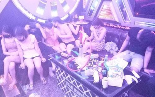 """Nghệ An: Bất chấp lệnh cấm, 11 đối tượng vẫn """"quẩy"""" thâu đêm trong quán karaoke"""