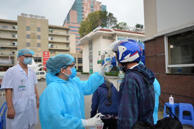 Bệnh viện Bạch mai kiểm tra kỹ càng với những người vào bệnh viện.