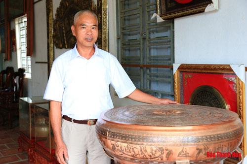 """""""Việc """"sống lại"""" nghề đúc đồng là sự tri ân đối với tổ nghề và lưu giữ làng nghề truyền thống của quê hương"""", nghệ nhân Nguyễn Bá Châu (sinh năm 1962) tâm sự."""
