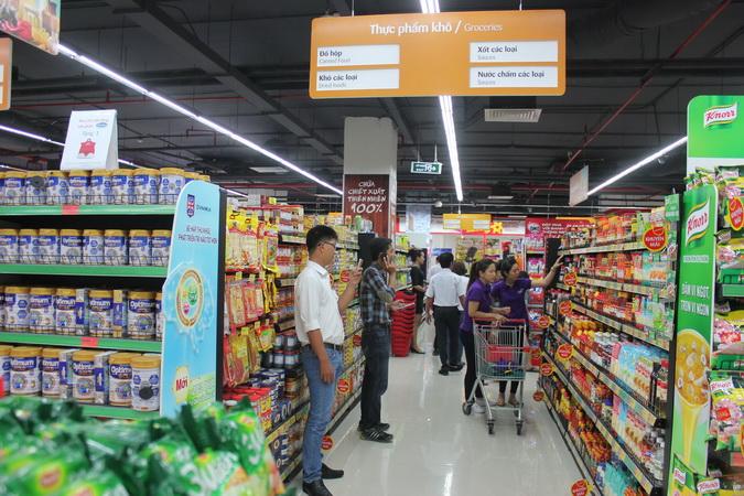 Người dân đổ xô mua sắm tại VinmartVinmart.
