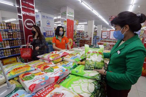 Hàng hóa được bày bán tại siêu thị ở Hà Nội (Ảnh: TTXVN)